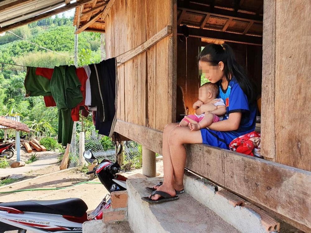 Em Đinh Thị Vân (thôn Huy Em, xã Sơn Mùa, H.Sơn Tây) nghỉ học lớp 12 ở nhà sinh con