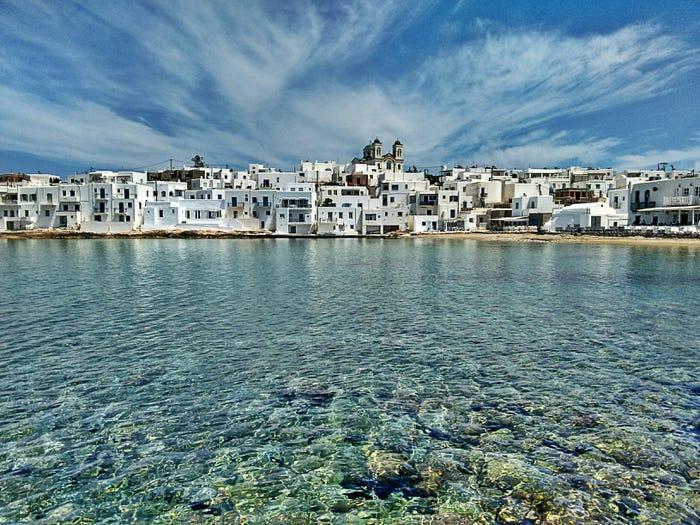 Nước biển xanh trong ở Paros