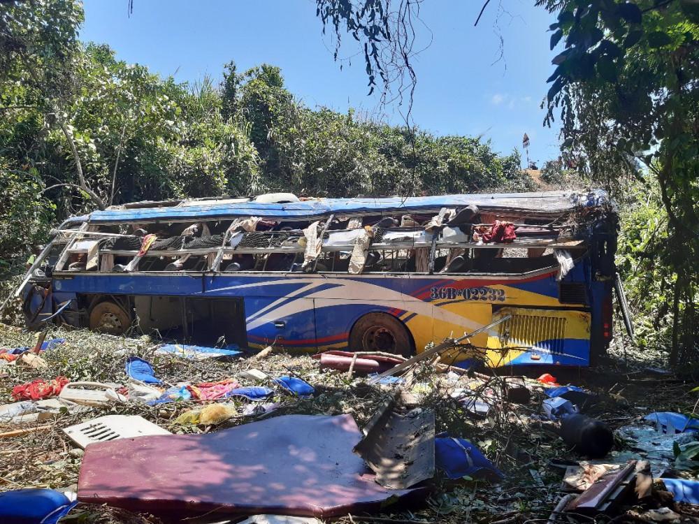 Chiếc xe khách tại hiện trường vụ tai nạn