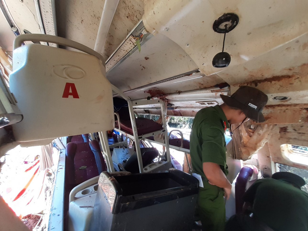 Lực lượng chức năng kiểm tra các dấu vết trên xe khách