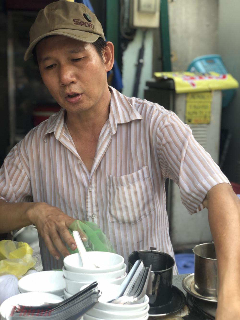 Anh Phạm Anh Vinh tiếp quản xe chè mè từ người mẹ già của mình hơn 10 năm nay.