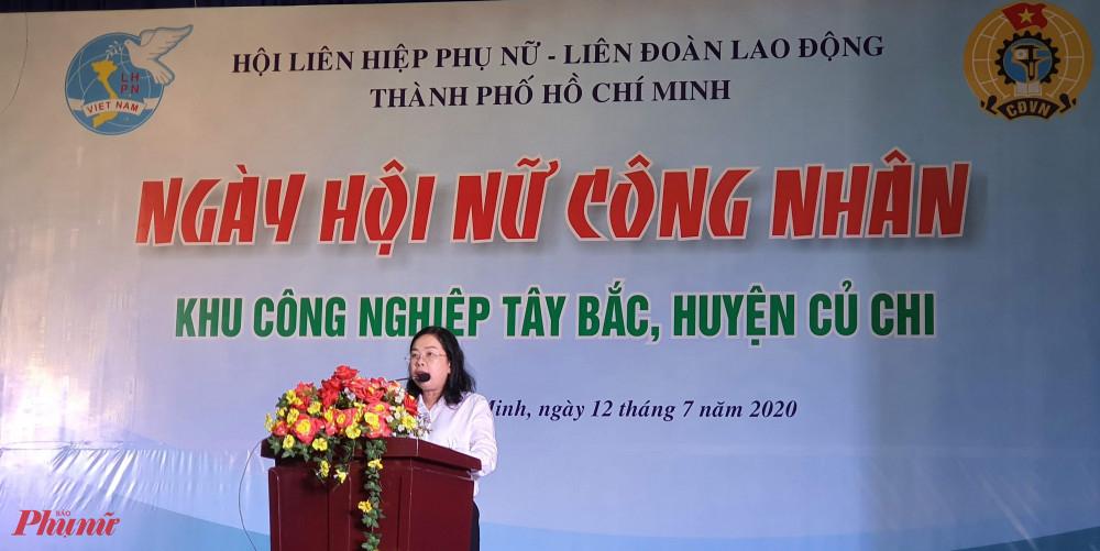Bà Đỗ Thị Chánh _ Phó Chủ tịch Hội LHPN TPHCM phát biểu tại ngày hội nữ công nhân khu công nghiệp Tây Bắc, huyện Củ Chi.
