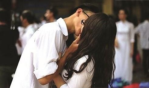 Một cặp nam nữ hôn nhau trên sân trường. Ảnh minh họa