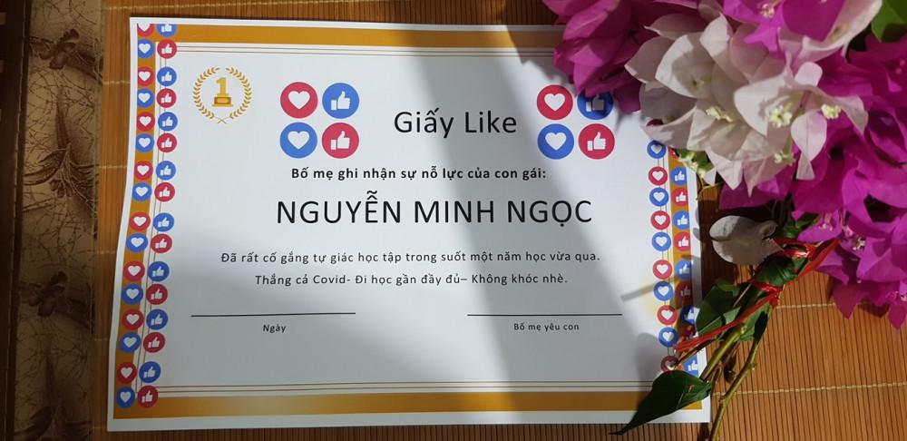 Cô con gái nhỏ học mẫu giáo cũng nhận được giấy Like của bố. Ảnh từ Facebook Nguyễn Nam