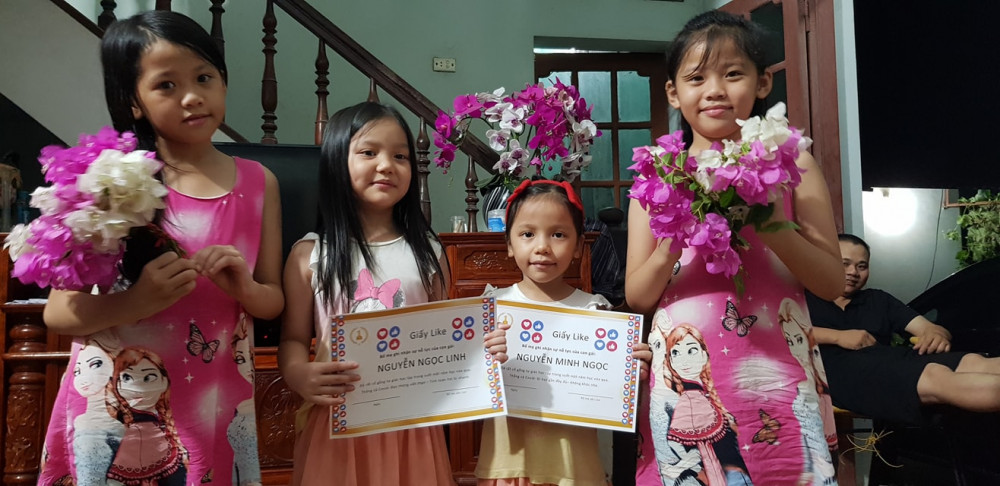 Gia đình anh Nam tổ chức lễ bế giảng để tặng giấy Like tại nhà cho hai cô con gái. Ảnh từ Facebook Nguyễn Nam