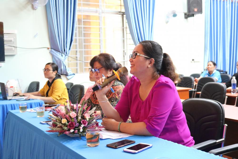 và bà Đoàn Thị Tú Linh - Phó trưởng Phòng Lao động - Thương binh và Xã hội quận Thủ Đức - lần lượt nhận xét, góp ý phần thi thứ hai của các đội.