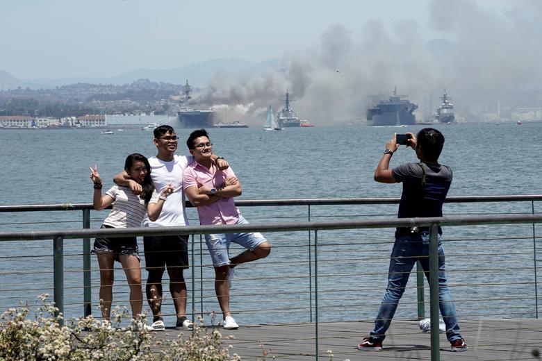 Một số người vẫn vô tư chụp ảnh khi vụ cháy diễn ra.