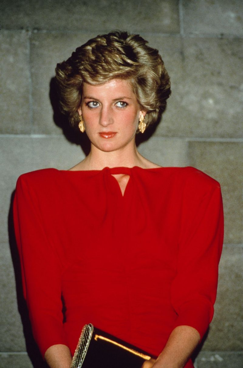 Công nương Diana từng gây ấn tượng với chiếc váy đỏ có chi tiết cầu vai ngang mang đến phong cách thanh lịch và sang chảnh.