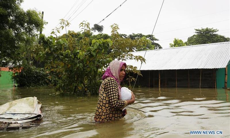 Người dân khổ sở ứng phó với mực nước dâng cao.