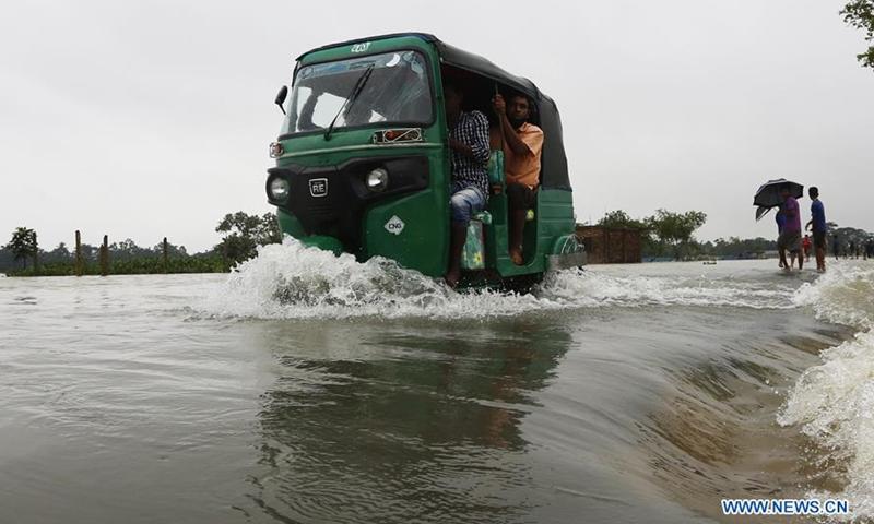 Phương tiện giao thông di chuyển khó khăn do lũ lụt.