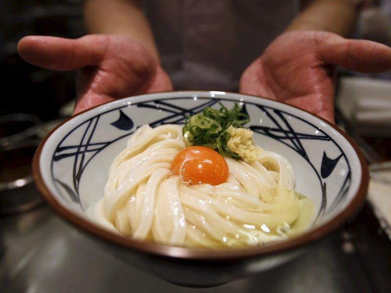 Mì udon là một loại mì được làm từ bột lúa mì, sợi khá dày, dày nhất trong các loại mì ở Nhật, và rất trơn láng. Món mì Udon truyền thống và cơ bản nhất của người Nhật là món Kake-udon. Nước dùng của mì udon được nấu bằng dashi ăn kèm cùng với hải sản, thịt và rau và  tempura (đồ chiên giòn nổi tiếng của Nhật)