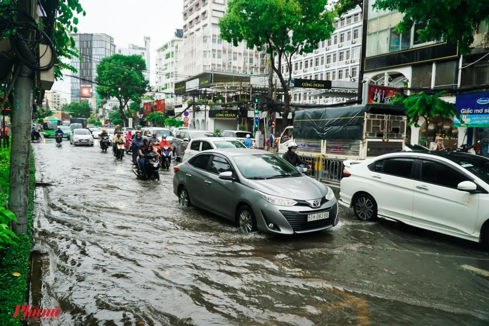 Trên đường Cách Mạng Tháng 8, nhiều điểm vẫn còn ngập sâu khi mưa đã tạnh