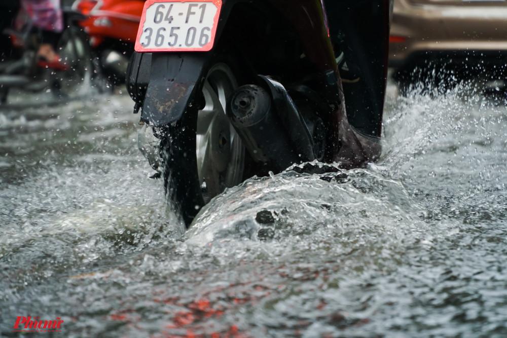 Nước cống bốc mùi hôi và gây ngứa chân cho người tham gia giao thông