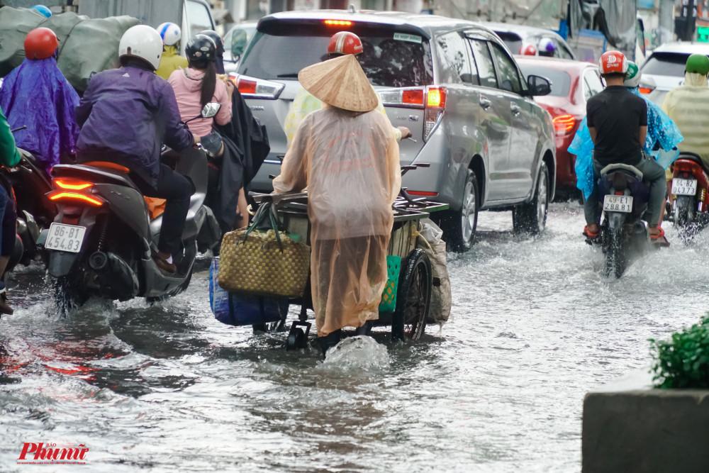 Đường Ba tháng Hai kẹt xe nghiêm trọng do nước ngập tại khu vực Nhà Hát Hòa Bình mưa lớn giờ tan tầm