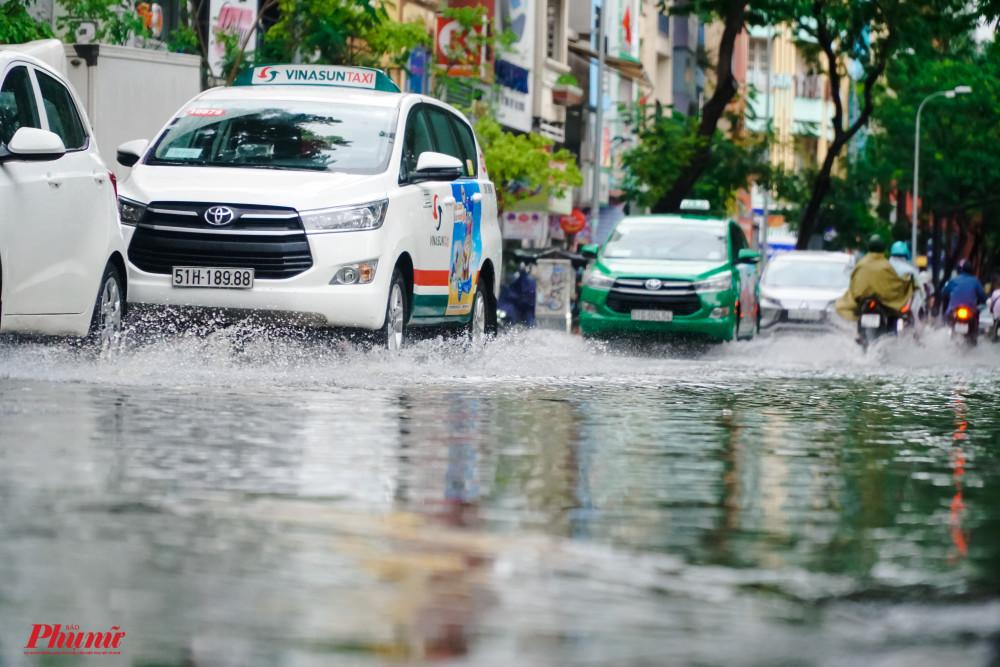 Đường Phạm Ngũ Lão vẫn còn ngập sâu dù mưa đã tạnh