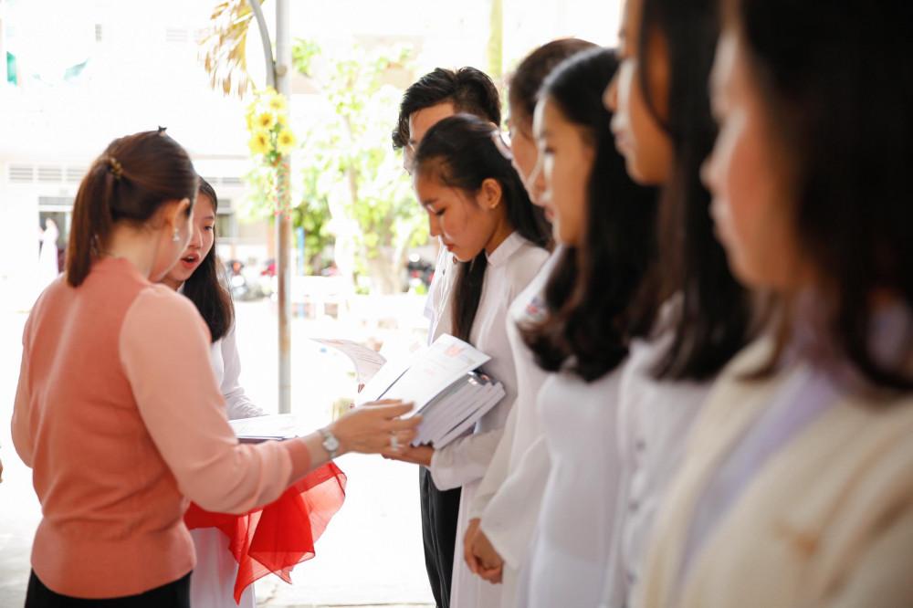 Học sinh nhận giấy khen vì thành tích học tập tốt