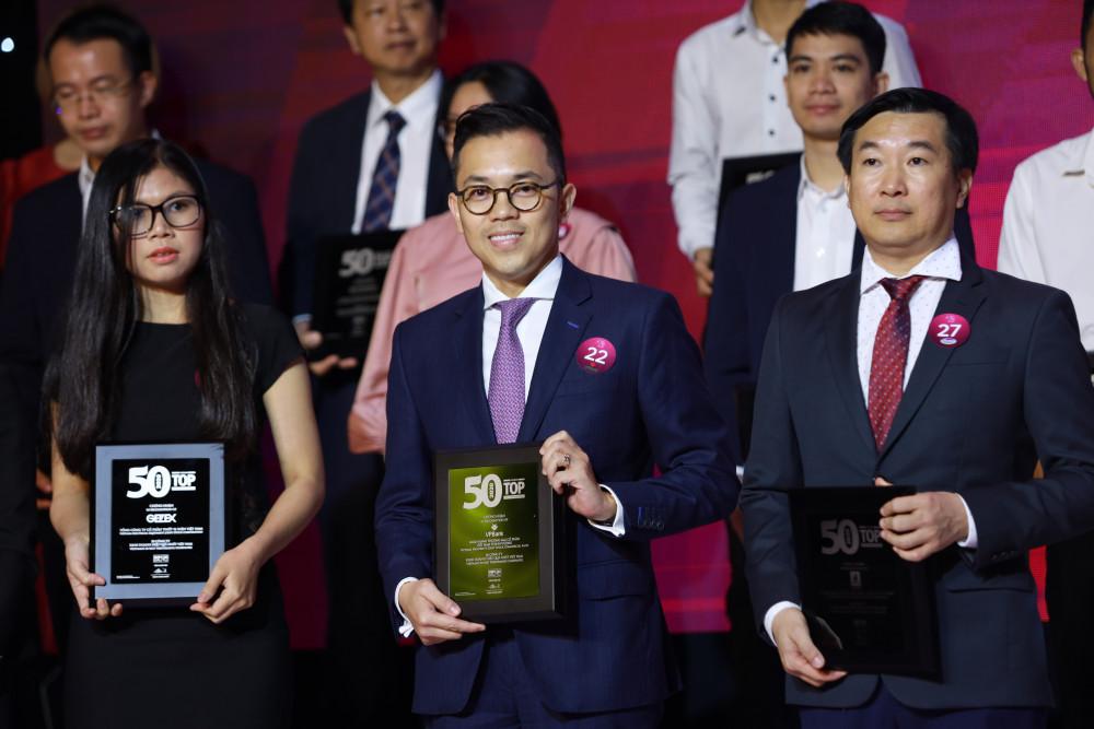 Ông Phùng Duy Khương - Phó tổng giám đốc, Giám đốc Khối Khách hàng cá nhân - đại diện VPBank nhận giải