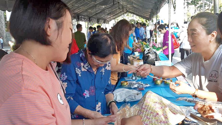 Chị Cao Thị Hồng Vân (bên phải) cùng chị em hội viên ở gian hàng phụ nữ sáng tạo -  khởi nghiệp sáng 12/7