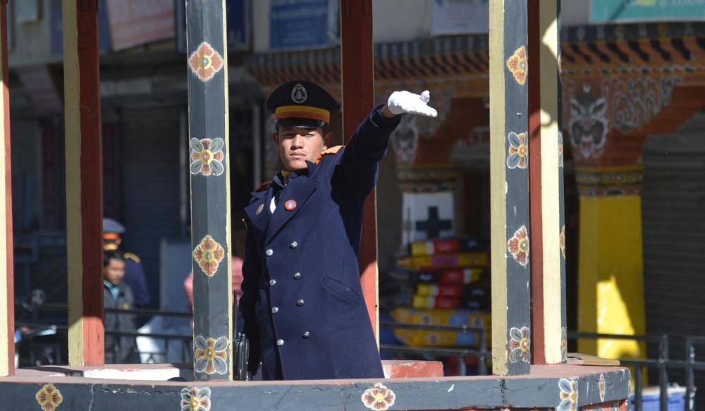 Một cảnh sát viên đang chỉ dẫn giao thông tại một giao lộ ở Thimphu, thủ đô Bhutan.