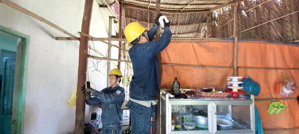 Công nhân sửa chữa, cải tạo hệ thống điện trong ngày ra quân chiến dịch Kỳ nghỉ hồng 2020