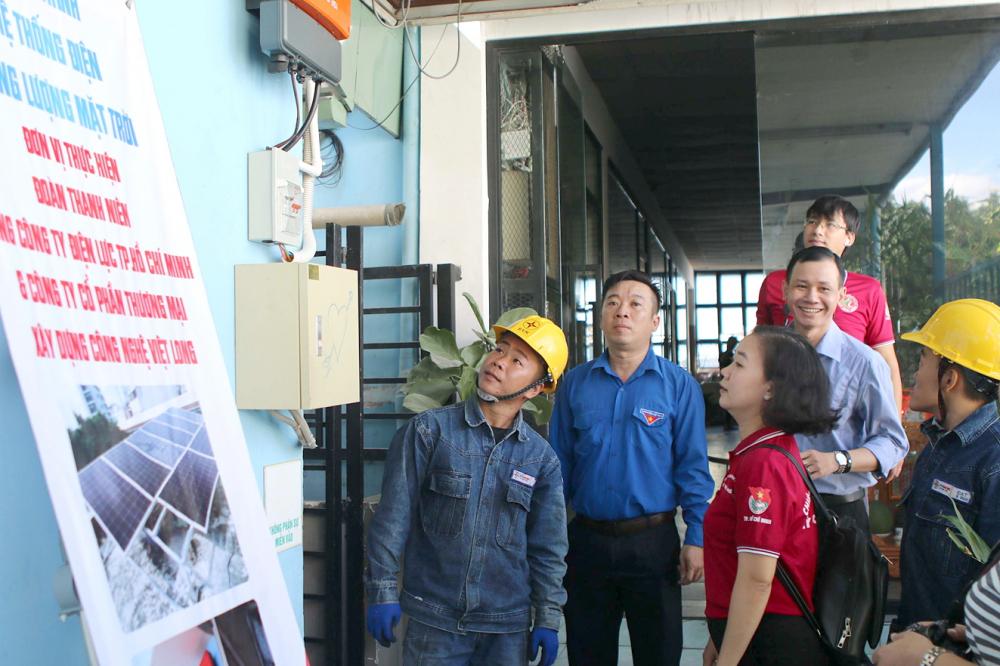 Mỹ Ly - Bí thư Đoàn Tổng công ty Điện lực TP.HCM cùng Đoàn Thanh niên Q.Phú Nhuận thực hiện nghi thức khánh thành công trình điện mặt trời áp mái