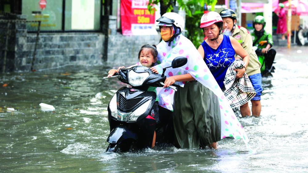 Cơn mưa chiều 13/7 khiến nhiều tuyến đường của TPHCM bị ngập sâu
