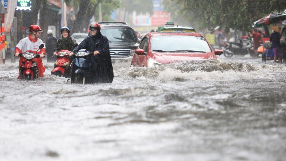 Khu Thảo Điền (Q.2) bị ngập dữ dội, kéo dài nhiều năm nhưng vẫn chưa biết đến khi nào hết ngập.  Trong ảnh: người dân khổ sở vì đường ngập nước mênh mông sau cơn mưa chiều 16/6 - Ảnh: ĐỖ MINH