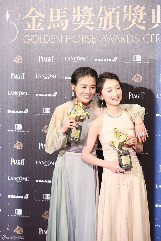 Mã Tư Thuần và Châu Đông Vũ cùng nhận giải Ảnh hậu Kim Mã năm 2016