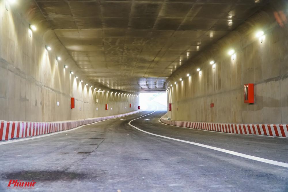 Hệ thống chiếu sáng và tính hiệu báo hiệu đường cong được bố trí trong hầm