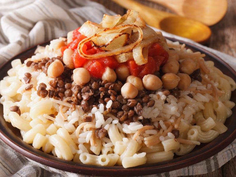 Kushari được coi là món ăn dân tộc của Ai Cập và cũng là món ăn khởi nguồn của nền văn hoá ăn chay. Nó bao gồm mì ống, gạo, đậu lăng, hành tây caramel, tỏi và đậu chickpeas. Ngày nay, Koshari được biến tấu thêm các nguyên liệu khác như cơm, đậu lăng, đậu xanh, caramel hành và nước sốt cà chua tỏi.
