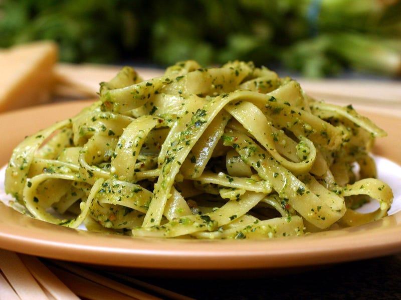 Verdes Tallarines là món mì đặc trưng của Peru. Nó còn được gọi là à mì xanh bởi phần nước sốt màu xanh đặc biệt ở phía trên. Nó sử dụng mì spaghetti, fettuccine, hoặc linguine, rưới lên trên là sốt rau bina cùng với sữa tạo nên độ béo ngậy.