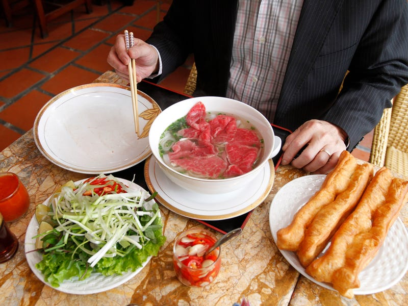 Phở là một món phở truyền thống, nổi tiếng ở Việt Nam. Phở ăn kèm với thịt bò, rau thơm và quan trọng nhất là phần nước dùng được nấu bằng xương bò mang lại hương vị đậm đà.