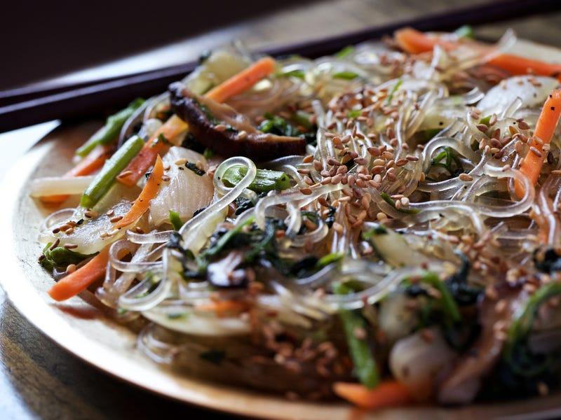 Japchae là món miến xào nổi tiếng của Hàn Quốc. Nguyên liệu chính để làm món ăn này là miến và các loại rau theo mùa (thường là cà rốt thái lát mỏng, hành tây, rau bina, và nấm) và thịt (thường là thịt bò). Người Triều Tiên dùng dầu mè (dầu vừng) để xào. Gia vị chính là xì dầu và ớt cùng hạt vừng. Japchae có thể ăn nóng hoặc nguội.