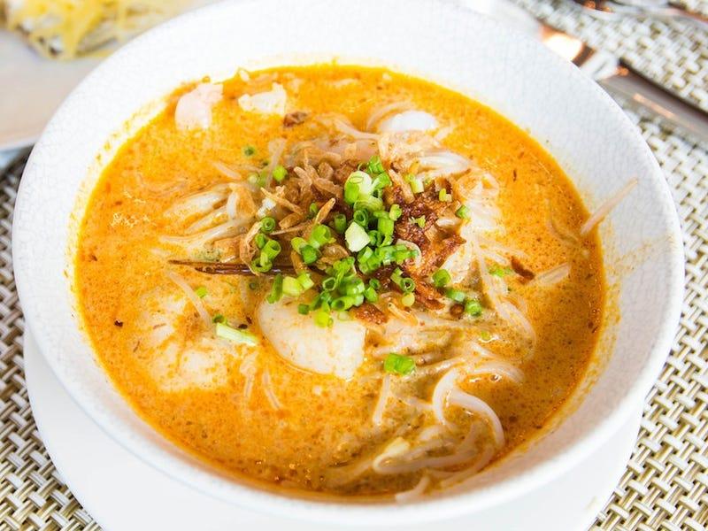 Laksa là một món mì nước của người Peranakan (bộ phận nhỏ người Hoa định cư tại eo biển Malacca). Món ăn này gồm có các nguyên liệu vô cùng đa dạng như mì gạo, tôm, mực, chả cá, sò huyết và giá thái nhỏ. Đây là món mì rất phổ biến ở Malaysia, Singapore và Indonesia.
