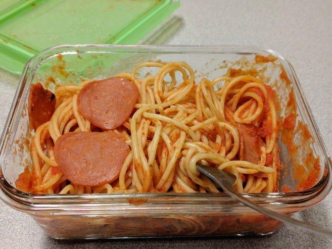 Filipino spaghetti Là một loại mì spaghetti được chế biến theo kiểu của người Philippines, món ăn này có vị ngọt lạ miệng với nước sốt được nước sốt làm từ cà chua, chuối hoặc sữa đặc. Đĩa mỳ còn được cho thêm xúc xích thái lát lên trên trông rất ngon mắt.