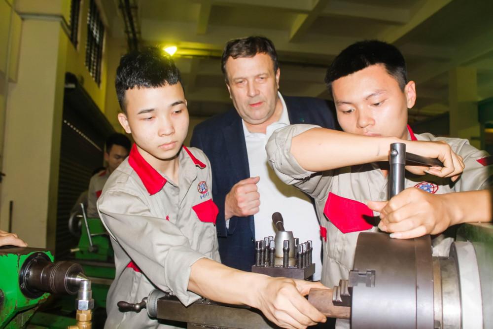 Học sinh Trường cao đẳng Công nghệ cao Hà Nội trong giờ học thực hành