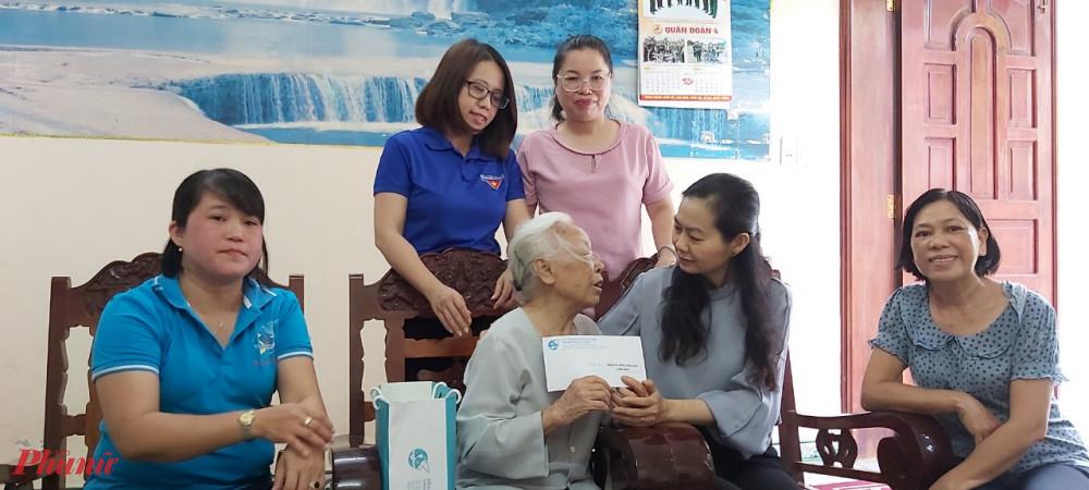 Bà Lâm Thị Ngọc Hoa - Phó Chủ tịch Thường trực Hội LHPN TPHCM cũng đến thăm các gia đình chính sách tại quận 9 và quận Thủ Đức.