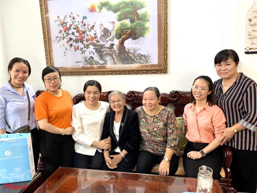 Hội LHPN TPHCM đến thăm hỏi sức khỏe dì Nguyễn Thị Phi.