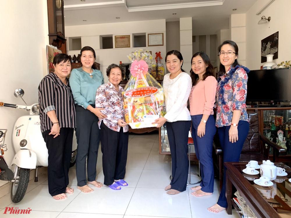 Bà Nguyễn Trần Phượng Trân đến thăm, tặng quà bà Đoàn Lê Hương -