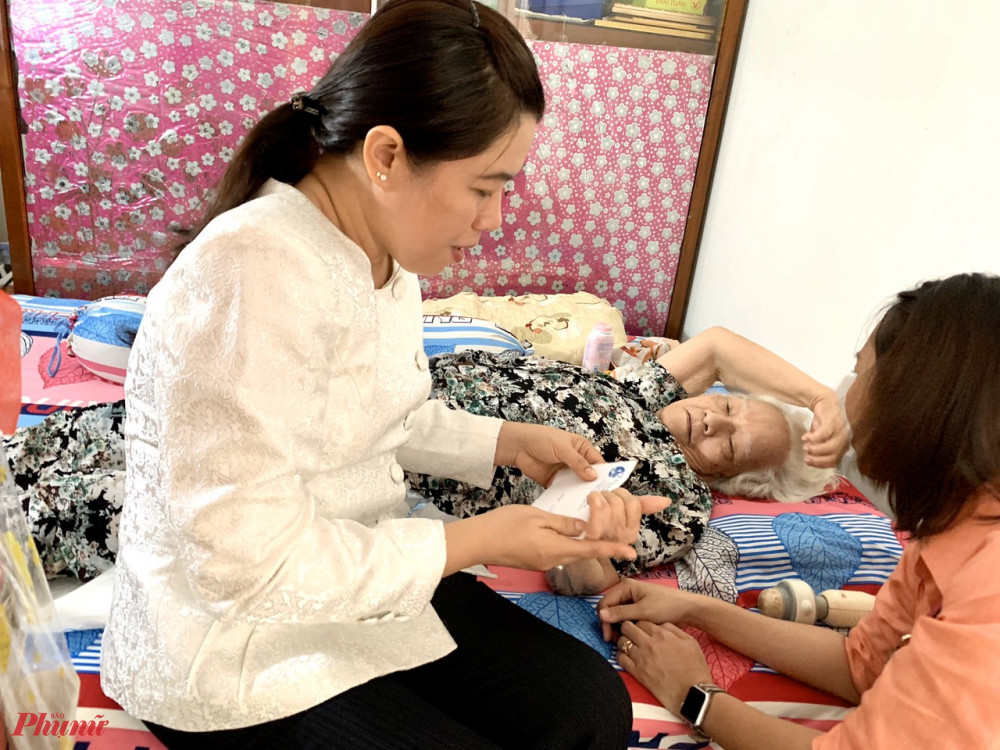 Bà Nguyễn Trần Phượng Trân đến thăm hỏi, tặng quà dì Nguyễn Thị Ngoan.