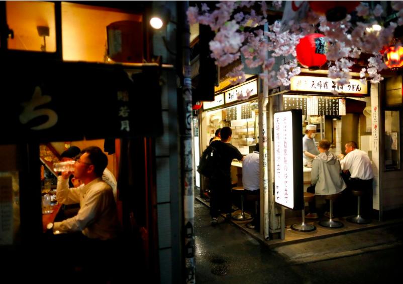 Người dân đến vui chơi tại một con hẻm nổi tiếng nằm trong khu giải trí Shinuku sau khi lệnh ban bố khẩn cấp được gỡ bỏ