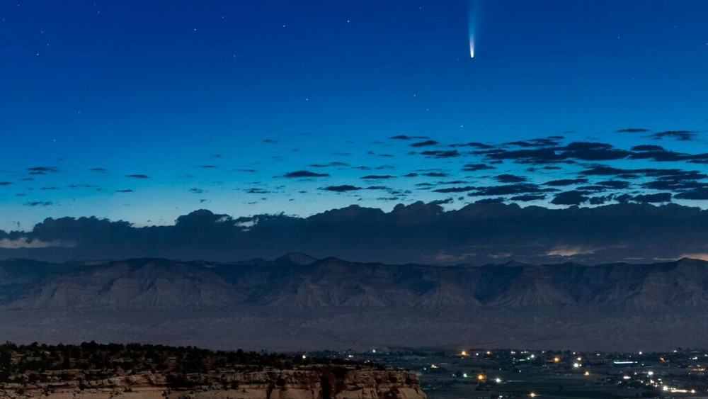 NEOWISE được nhìn thấy trong vùng núi ở thành phố Grand Junction, Coloradi, Mỹ. Sau giữa tháng 7, mọi người có thể quan sát sao chổi này rõ nét nhất ở trên đường chân trời hướng Tây Bắc, vào buổi tối.