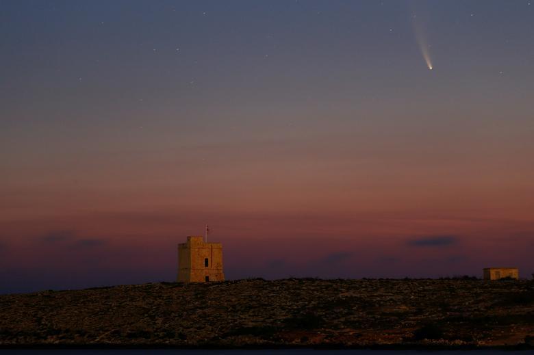 NEOWISE (tên gọi khác C/2020) là sao chổi được NASA phát hiện vào tháng 3 năm nay. Sao chổi này có vệt đuôi dài, phát sáng đẹp mắt. Trong ảnh, NEOWISE được ghi lại tại khu vực tháp Saint Mark (khu tháp cổ xây dựng từ năm 1658) ở Malta.