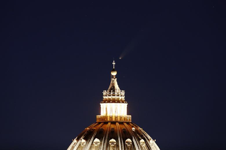 NEOWISE được quan sát từ Vương cung Thánh đường Thánh Phê-rô ở Rome, Ý.