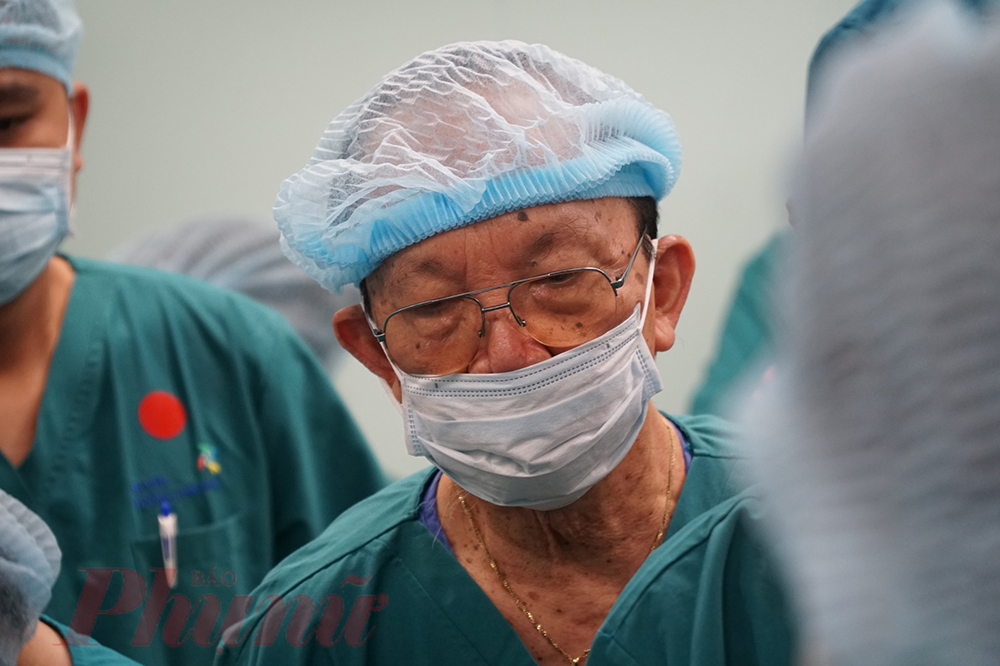 Giáo sư Trần Đông A -  Trưởng kíp mổ cuộc phẫu thuật tách rời cặp song sinh Việt – Đức 30 năm về trước cũng có mặt trong ê-kíp hôm nay.