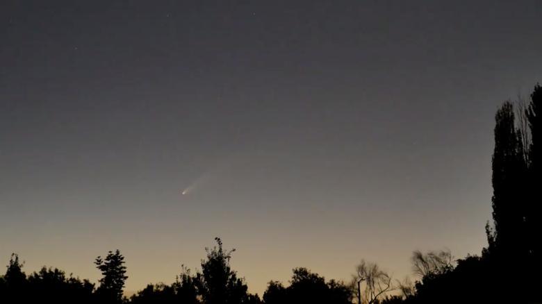 NEOWISE được nhìn thấy như một vệt sáng mờ trên bầu trời ở Kaysville, Utah. NASA cho biết ngày 22/7, sao chổi sẽ ở gần Trái Đất nhất, với khoảng cách 64 triệu dặm.