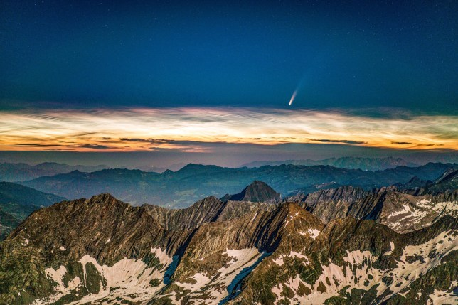 Sao chổi NEOWISE được ghi lại trên đỉnh núi Hochfeiler cao 3.500 m ở Nam Tyrol, Ý.