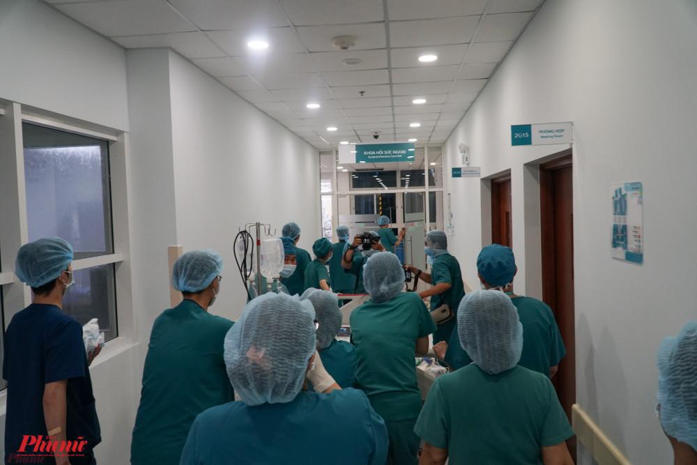 Hai bé được đưa đến phòng hồi sức hậu phẫu, tiếp tục thở máy, sử dụng an thần, giảm đau sau mổ.