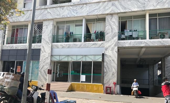 Chung cư Khang Gia Tân Hương từng bị xử lý vi phạm xây dựngCông ty cổ phần Đầu tư và Phát triển địa ốc Khang Gia đã tự ý ngăn hai tầng thương mại thành 71 căn hộ để bán ra thị trường.