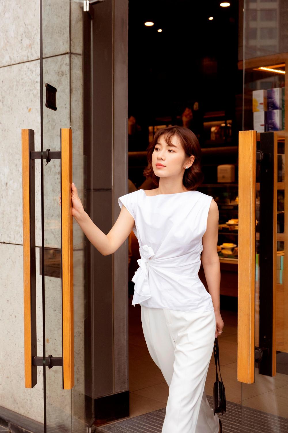 Vốn là người thích sự tối giản nên Oanh Kiều thường chỉ chọn những trang phục và phụ kiện đơn giản, nhẹ nhàng và thoải mái.